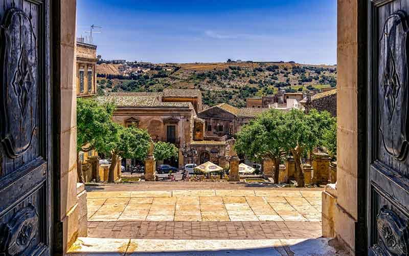 Una guida per viaggiare in Sicilia (anzi cinque)
