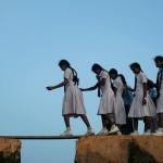 Bambine dello Sri Lanka vanno a scuola superando le mura della città