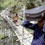 Gli studenti himalayani devono superare grandi altezze su ponti sospesi