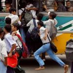 Studenti indiani vanno a scuola su autobus molto affollati