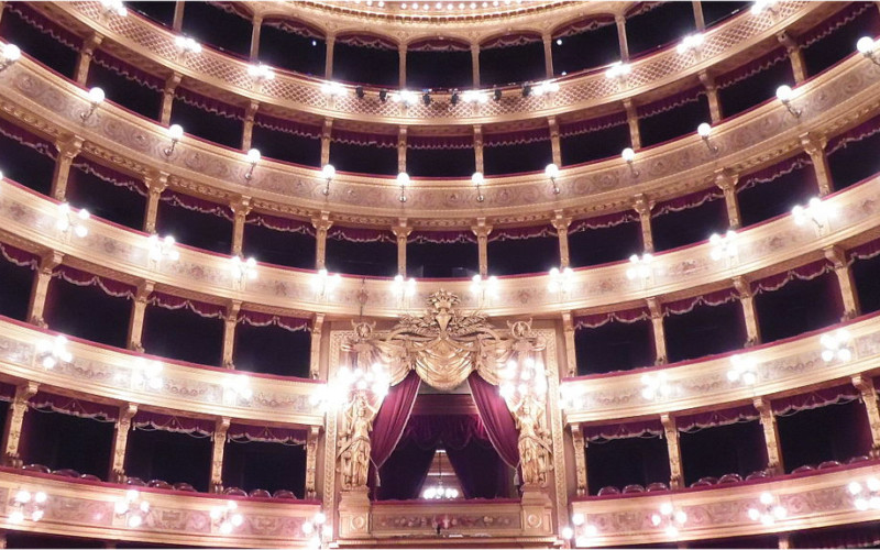 Massimo and Politeama: the two great theaters of Palermo